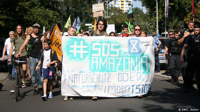 Deutschland Demo vor der Brasilianischen Botschaft in Berlin (DW/C. Neher)