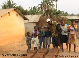 Produção de blocos para a construção: na região de Pemba muitos pequenos empresários recorrem ao microcrédito, passando assim a contribuir para a dinamização da economia local.