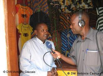 Elísio João, repórter da Rádio Encontro de Nampula entrevista um imigrante maliano que pediu um microcrédito ao banco Procredit, para ampliar o seu negócio de têxteis, no centro de Nampula