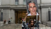 Ausschnitt: New York | Anklage Jeffrey Epstein Protest Hot Mess