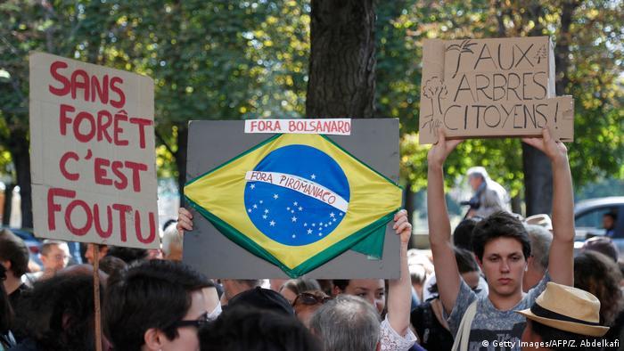 Frankreich Paris | Proteste zum Schutz des brennenden Waldes am Amazonas (Getty Images/AFP/Z. Abdelkafi)