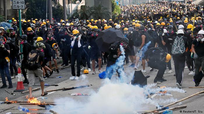 Polícia de Hong Kong emprega gás lacrimogêneo para dispersar manifestantes