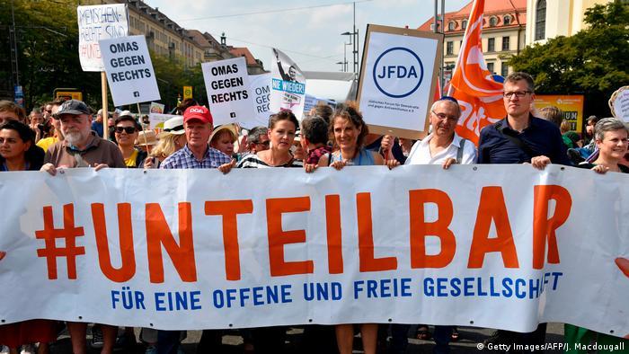 Manifestantes marcham com o lema #indivisível em Dresden