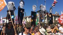 G7 Proteste Hendaye Frankreich. Demonstraten tragen die sieben Staats- und Regierungschefs als Pappfiguren durch die Straßen von Hendaye. Kritik an mangelndem Klimaschutz. Aufgenommen am 24.08.2019. Foto: Bernd Riegert, DW, alle Rechte