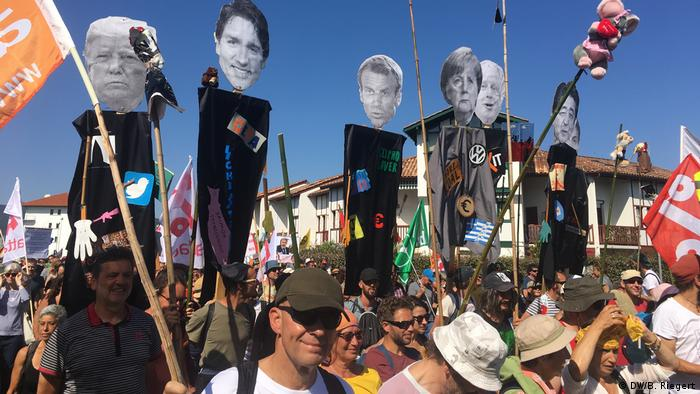 Líderes do G7 foram representados e criticados em cartazes durante os protestos