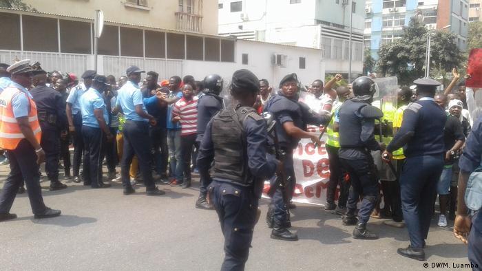 Polícia tenta conter manifestação que pretendia chegar à Cidade Alta, em Luanda