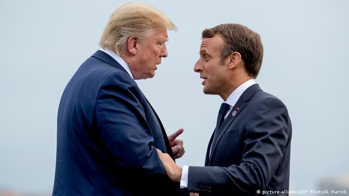 Presidente francês Macron (dir.) usa todo seu charme diplomático ao lidar com Trump