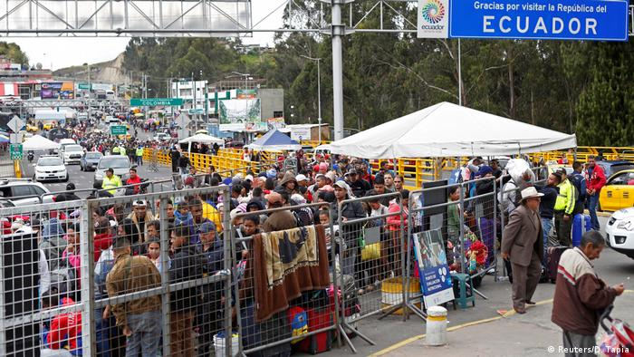 Venezuelans at the border between Colombia and Ecuador