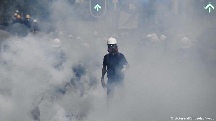 Hongkong Protest gegen China & Auslieferungsgesetz | Demonstrant, Tränengas (picture-alliance/dpa/Kyodo)