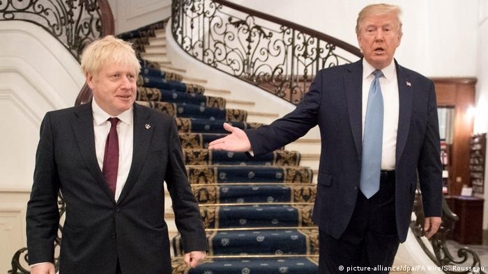 Donald Trump gestures to Boris Johnson in France (picture-alliance/dpa/PA Wire/S. Rousseau)