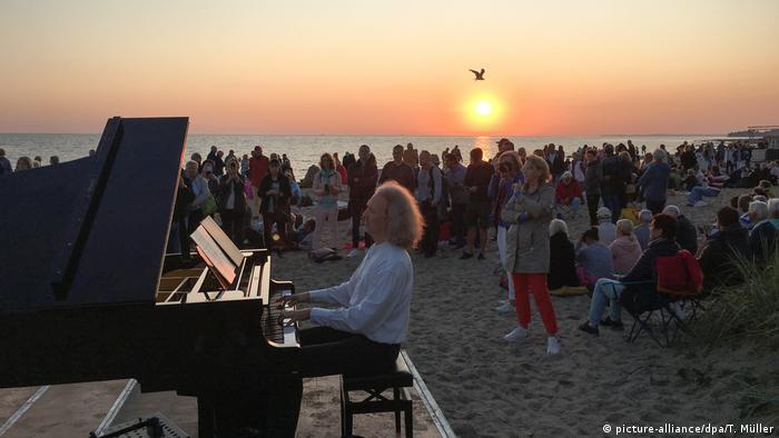 BdT Deutschland   Konzert zum Sonnenaufgang in der Lübecker Bucht (picture-alliance/dpa/T. Müller)