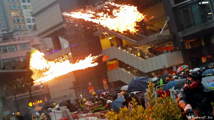 Ativistas violentos lançam coquetéis molotov contra policiais em Hong Kong