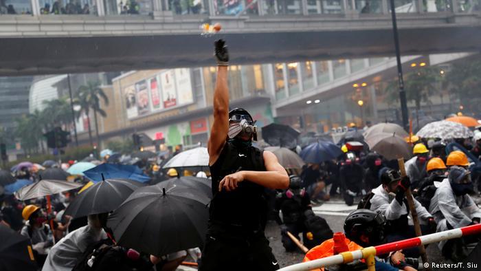 Confrontos entre manifestantes e agentes de segurança levam caos às ruas do bairro-cidade Tsuen Wan, em Hong Kong
