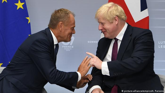 برطانوی وزیر اعظم بورس جانسن، دائیں، اور یورپی یونین کی کونسل کے صر ڈونلڈ ٹسک: فرانس میں جی سیون کی سمٹ کے موقع پر لی گئی ایک تصویر