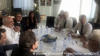 G7-Gipfel in Frankreich Treffen Sarif und Macron (picture-alliance/AP Photo/Twitter Javad Zarif)