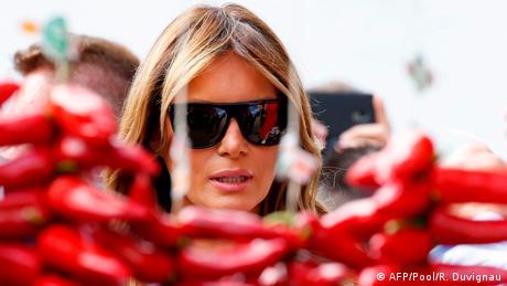 Paparaci su prvu damu SAD, Melaniju Tramp, zatekli kako šeta pijacom u okviru programa za supruge tokom samita G7 u Bijaricu u Francuskoj. Zašto baš kod ljutih papričica?