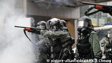 25.08.2019, China, Hongkong: Polizisten zielen mit ihren Waffen bei Zusammenstößen mit Demonstranten während eines Protests. Bei Protesten in Hongkong ist es erneut zu schweren Zusammenstößen zwischenPolizei und Demonstranten gekommen. Die Beamten setzten am Wochenende Tränengas ein und drängtenProtestler zurück, dieauf der Straße Barrikaden errichtet hatten. Demonstranten warfen Flaschen, Brandsätze und Steine auf die Polizisten. Foto: Kin Cheung/AP/dpa +++ dpa-Bildfunk +++ |