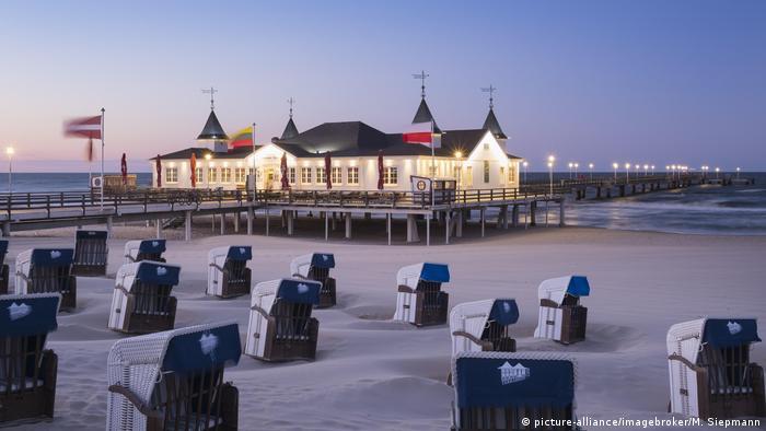Strandkörbe und Seebrücke Ahlbeck bei Abenddämmerung (picture-alliance/imagebroker/M. Siepmann)