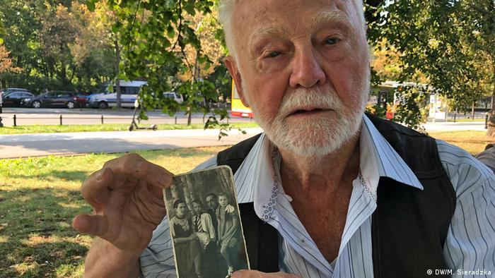 Jan mit dem alten Familienfoto heute in Warschau