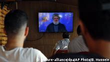 Libanon | Menschen verfolgen Rede von Hezbollah Anführer Sayyed Hassan Nasrallah im TV