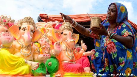 Posljednje pripreme za Ganeš Čaturti, praznik rođenja Ganeša. To božanstvo sa glavom slona jedno je od najpopularnijih u Indiji. Često se može vidjeti na instrument-tablama automobila u toj zemlji. Prije upisa u školu ili na fakultet, potpisivanja poslovnih ugovora ili prije braka, vjernici od Ganeša traže blagoslov. Jer to je božanstvo sreće.