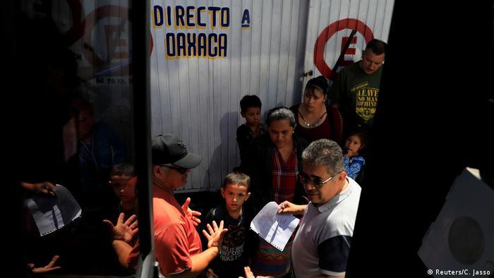 Una cola larga de migrantes, a la espera de retornar a su país natal.