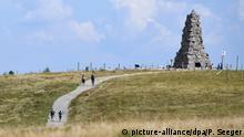 26.08.2019, Baden-Württemberg, Feldberg: Wanderer laufen zum Bismarckdenkmal. Mit knapp 19 Grad gehört der Feldberg (Schwarzwald) heute zu kühlsten Orten in Baden-Württemberg. Foto: Patrick Seeger/dpa +++ dpa-Bildfunk +++   Verwendung weltweit