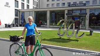A voyage of discovery: The author in summer 2019 in front of the Prora Solitaire Hotel in Block II (Maike Grundwald)