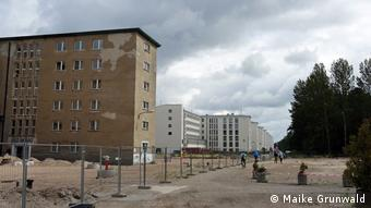 Unrenovated sections of Block III with the Block II hotel in the background (Maike Grundwald)