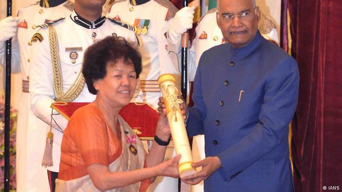 Neu-Delhi: Präsident Ram Nath Kovind übergibt Padma Bhushan dem Bergsteiger Bachendri Pal für Sport (IANS)