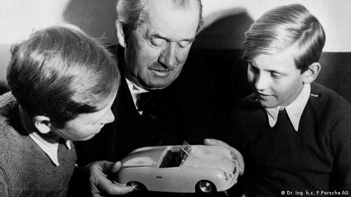 Piëch (dir.), em 1949, com Ferdinand Alexander Porsche e seu avô Ferdinand Porsche, fundador da Porsche