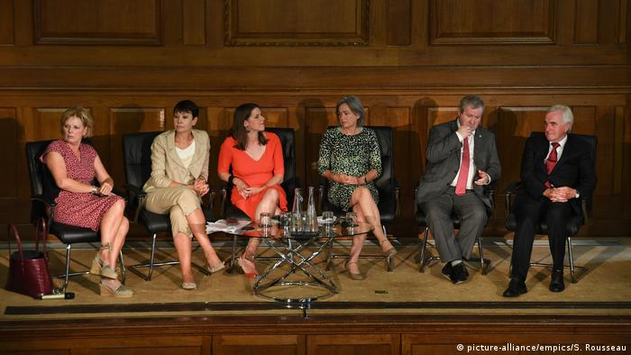 Anna Soubry, Caroline Lucas, Jo Swinson, Liz Saville Roberts, Ian Blackford and John McDonnell during a meeting of a cross-party group of MPs at Church House, Westminster (picture-alliance/empics/S. Rousseau)