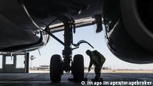Flughafen Berlin Brandenburg | Arbeiter an Flugzeugfahrwerk