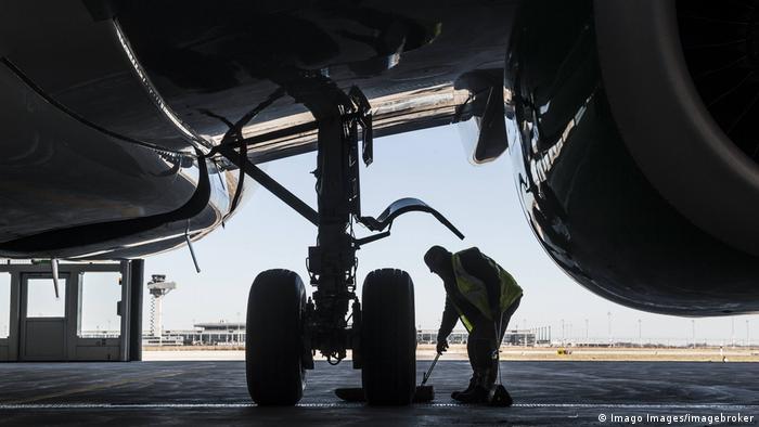 Flughafen Berlin Brandenburg | Arbeiter an Flugzeugfahrwerk (Imago Images/imagebroker)