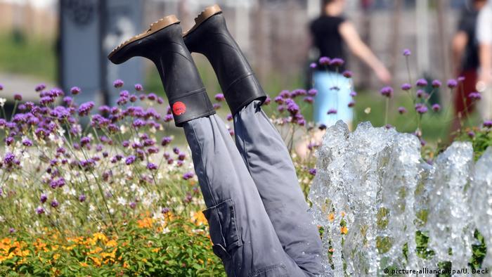 Alemania vive los últimos días de calor de este verano. Tan intenso ha sido el calor que algunos buscan un refrescante baño, así sea en la fuente del parque. Esa acción fue la que quisieron plasmar aquí los artistas OMI Riesterer y Barbara Jäger con esta escultura en la ciudad de Karlsruhe.
