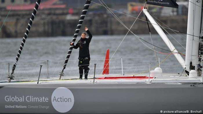 Atlantiküberquerung von Klimaaktivistin Greta Thunberg. Thunberg winkt von der Yacht.