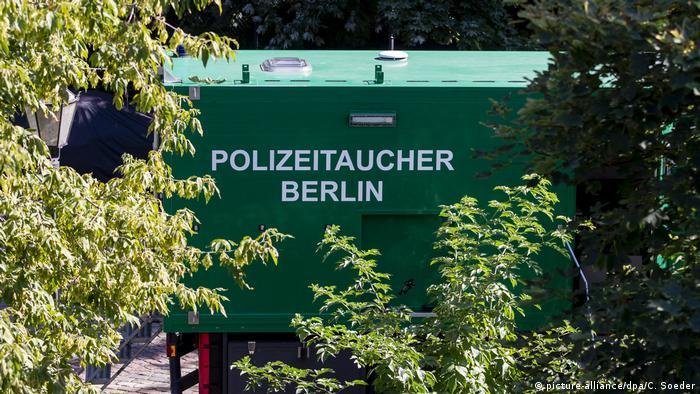 Полиция достала со дна Шпрее брошенные убийцей пистолет и велосипед