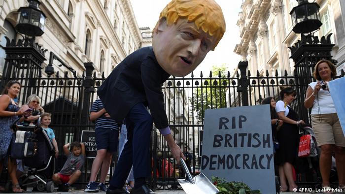 Boneco com a figura do premiê britânico Boris Johnson em protesto próximo ao Parlamento britânico