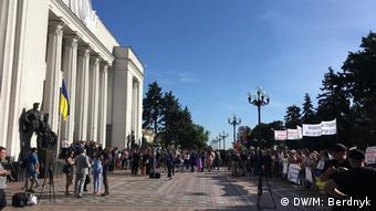 Протест і черга журналістів перед будівлею парламенту