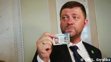 29.08.2019 Oleksiy Kornienko, Sluha Narodu Partei (Diener des Volkes) zeigt sein Ausweis
