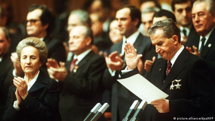 Nicolae e Elena Ceaușescu em meio a outros políticos