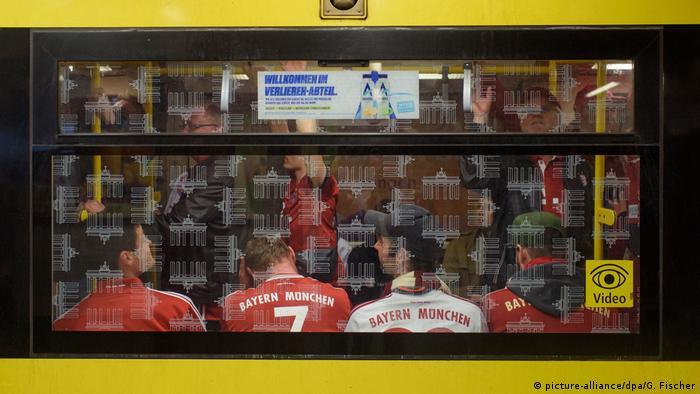 Баварские футбольные болельщики в берлинском метро
