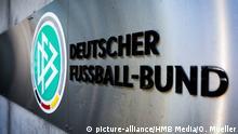 DFB (Deutscher Fussball Bund) Logo, Wappen, Schriftzug vor Zentrale