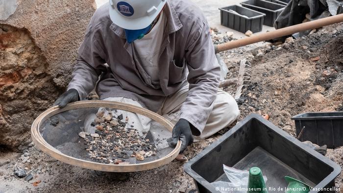 Pesquisador peneira escombros do Museu Nacional