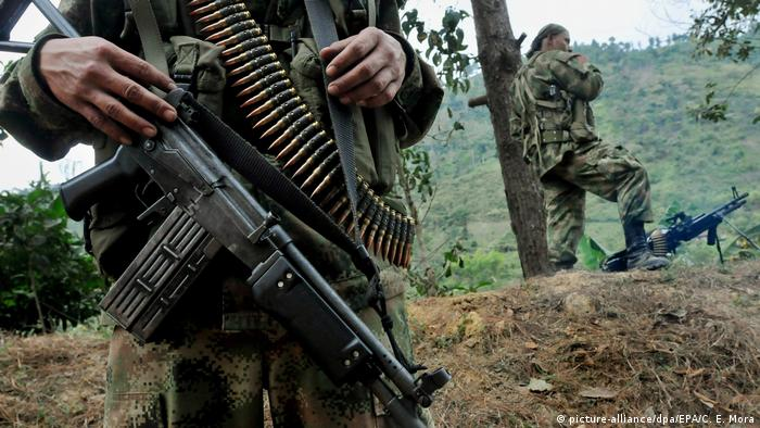 FARC guerillas stand on guard in Colombia (picture-alliance/dpa/EPA/C. E. Mora)