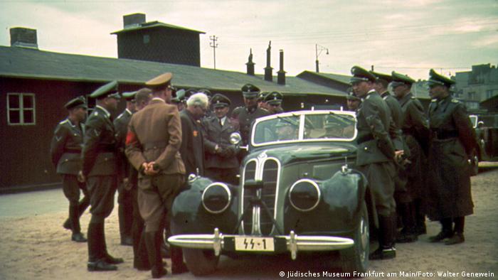 Reichsführer SS Heinrich Himmler (na siedzeniu pasażera) wizytuje getto. Z przodu po lewej (odwrócony tyłem) stoi Werner Ventzki