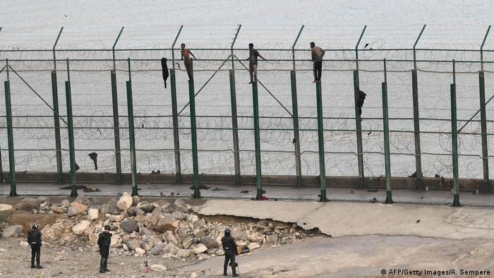 Spanien | Ceuta | Migranten auf dem zehn Meter hohen Grenzzaun