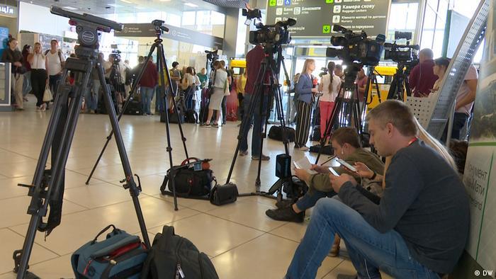 Журналисты ждут в аэропорту Киева