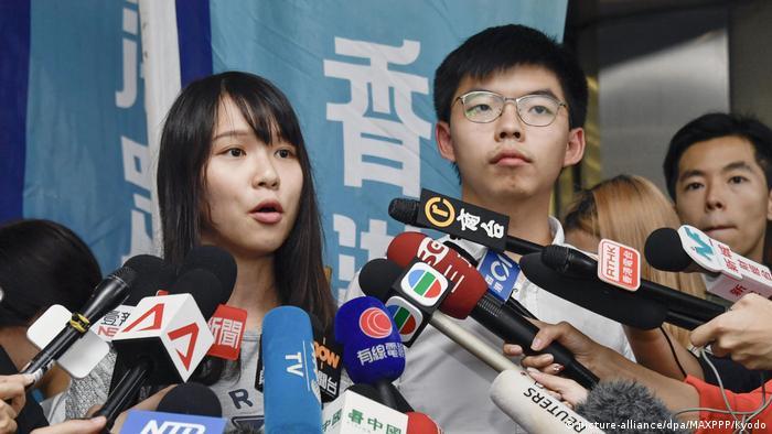 Hongkong Freilassung der Aktivisten Joshua Wong und Agnes Chow (picture-alliance/dpa/MAXPPP/Kyodo)