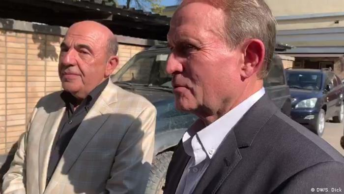 Виктор Медведчук (справа) и Вадим Рабинович после встречи с заключенными украинцами